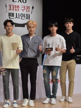 EXO亮相综艺节目 大长腿实力抢镜