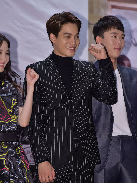 EXO接受画报拍摄采访 全新造型帅到炸裂