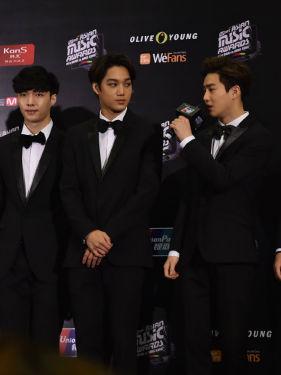 EXO亮相颁奖礼 爱豆们个个可爱帅气!