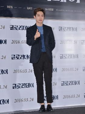 EXO亮相某发布会现场 黑色西装帅气绅士