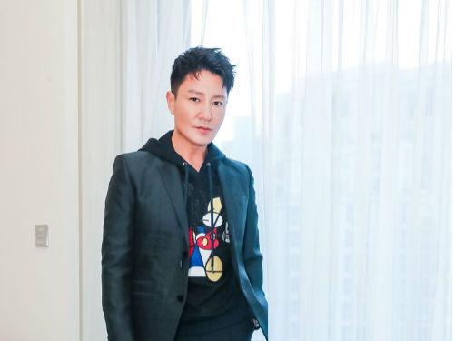 李宗翰出席新品发布会 简约造型诠释时尚新理念