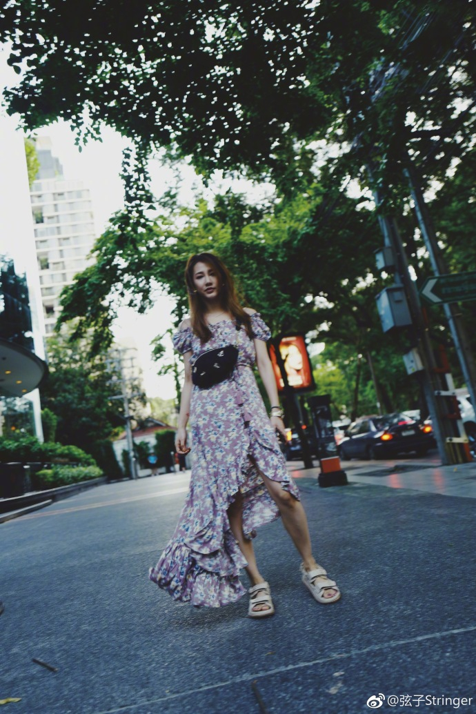 弦子晒与闺蜜悠闲旅行照 穿碎花裙清新似小仙女