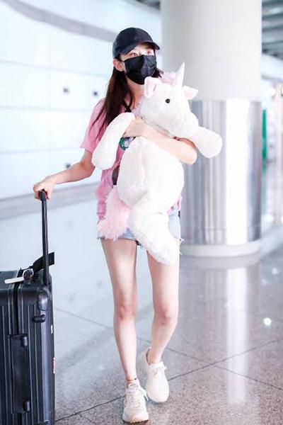 宋祖儿怀抱玩偶现身机场 一双美腿超吸睛