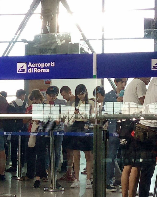 baby朱一龙拍戏 火车站贴上外文假装在国外