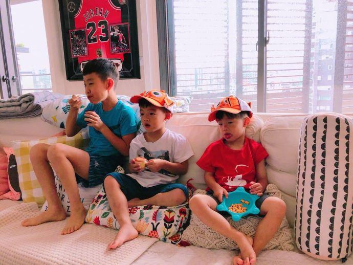 范玮琪晒双胞胎儿子合照 带同款卡通帽子